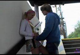 Accompagna la giovane cugina alla stazione, ma poi la convince ad andare a casa per una bella scopata
